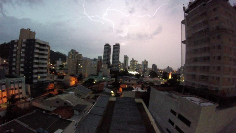 Mais de 640 raios foram registrados na região da Grande Florianópolis – Foto: Paulo Sérgio/NDTV/Arquivo/ND