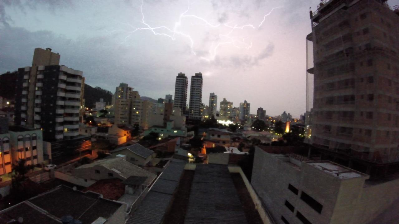 Há ainda a possibilidade de vento forte e granizo no Litoral e Meio-Oeste - Paulo Sérgio/NDTV