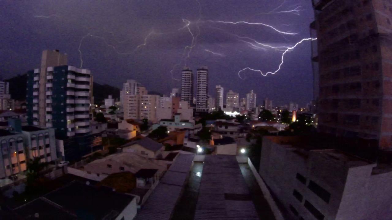 Raios caíram na noite deste sábado (27), em Itajaí - Paulo Sérgio/NDTV