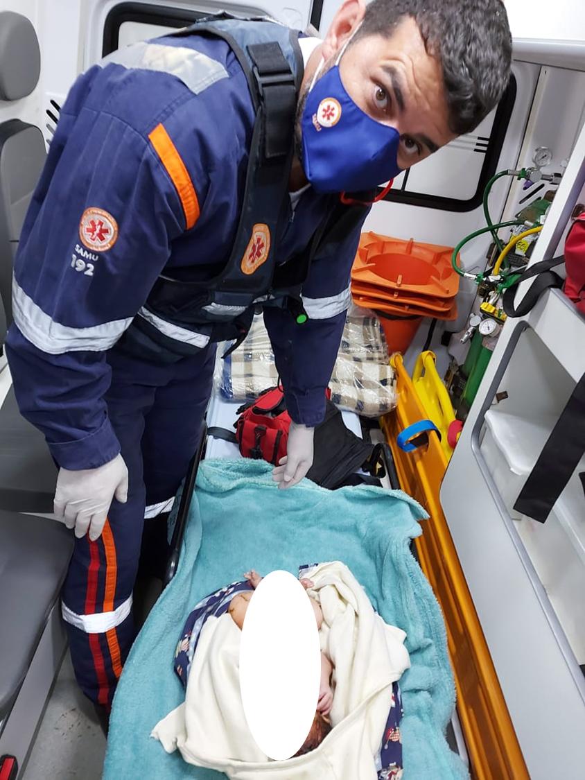 Bebê abandonado foi atendido pelos técnicos de enfermagem do Samu e levado com saúde até o hospital - Samu/Divulgação