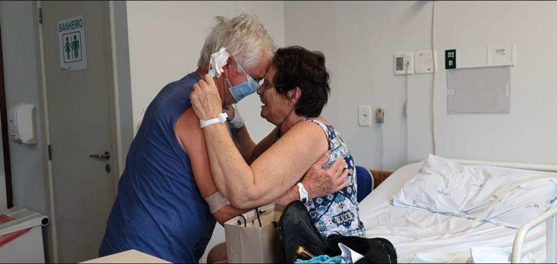 João, 67 anos, e Maria, 62, se reencontraram depois de 15 dias separados para tratar da Covid-19 – Foto: Divulgação/Hospital Regional do Alto Vale