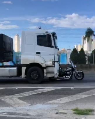Moto sendo levada por caminihão