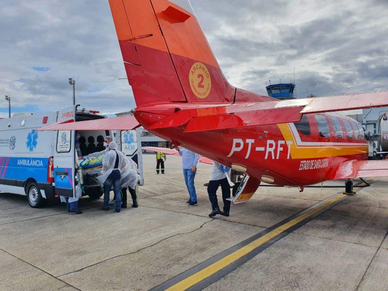 A aeronave Arcanjo 02, do Corpo de Bombeiros Militar de Santa Catarina pousou em Vitória (ES), com o primeiro paciente com Covid-19 transferido de Santa Catarina. – Foto: CBMSC/Divulgação/ND