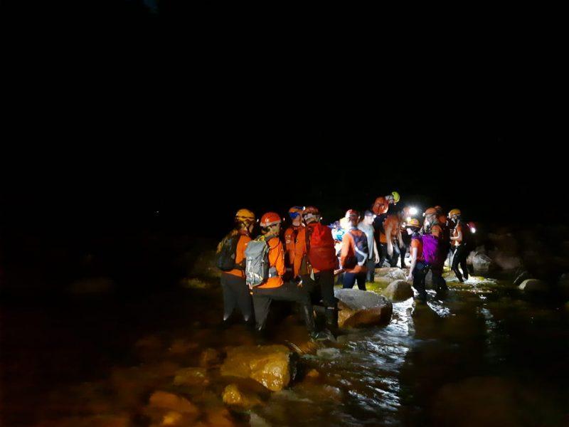 Foram cerca de 20 pessoas envolvidas no resgate que durou aproximadamente cinco horas – Foto: Robertson Lach/ GRM