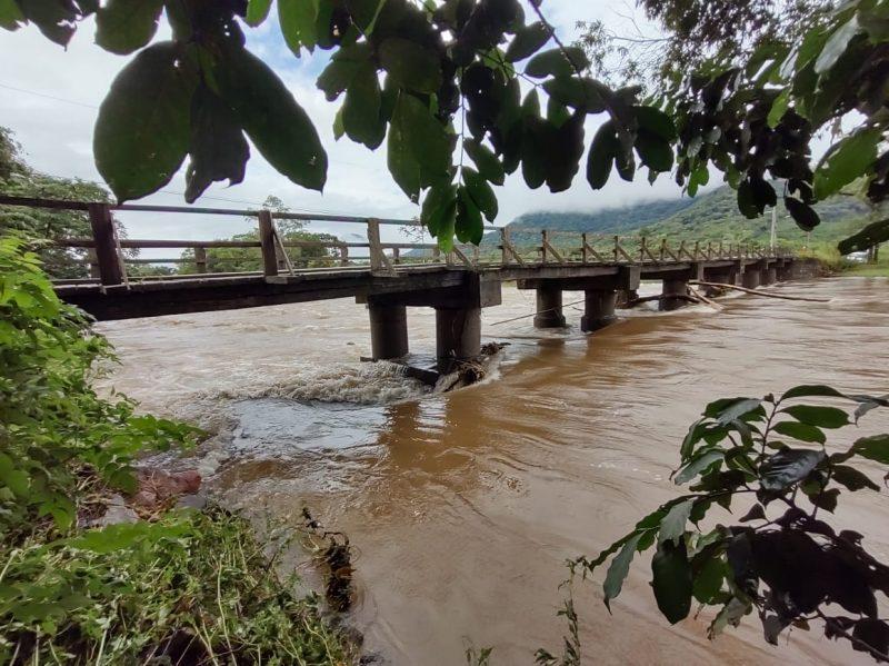 Rio Cubatão chegou a cobrir ponte durante o fim de semana e nível começou a baixar nesta segunda-feira (1º) – Foto: Adriano Mendes/NDTV