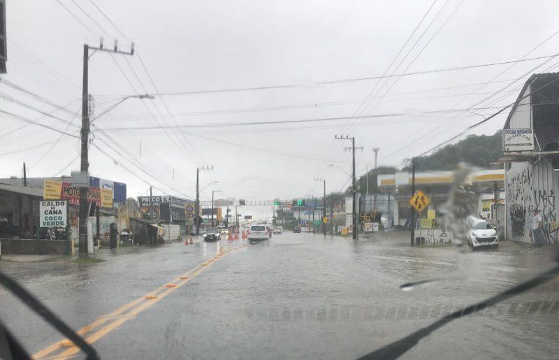 Alagamentos foram registrados no Rio Tavares, e em diversas rodovias municipais e estaduais. No Norte da Ilha, caminhões hidrojato foram utilizados para sanar os problemas com a água excessiva, que já não causa mais problemas no fim da tarde, que apresenta tempo aberto e sem chuvas- Foto: rio-tavares-alagamento-0103