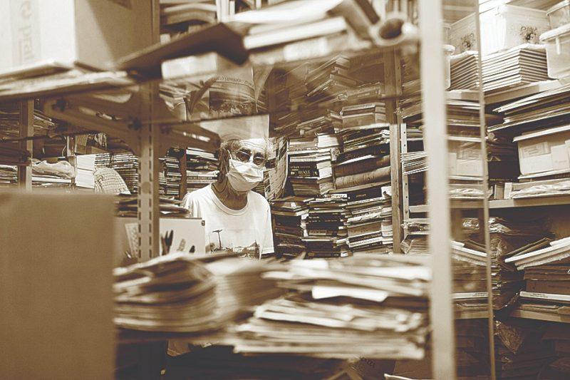 Historiador e escritor Osni Antonio Machado mergulhado em seu acervo – Foto: Danísio Silva/ND