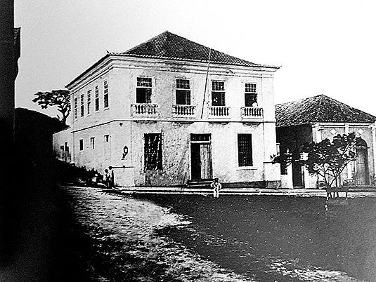 Câmara e cadeia pública, em 1913; ao lado, o teatro – Foto: Livro São José da Terra Firme/Reprodução/ND