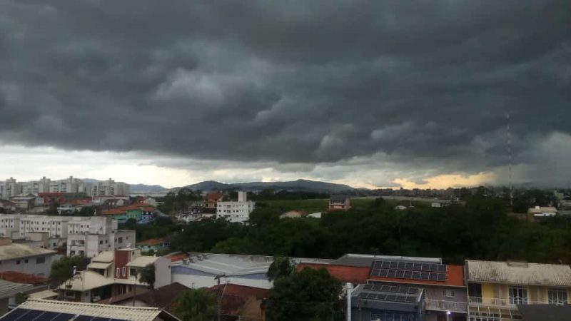 O céu escureceu também em São José – Foto: Michael Gonçalves/ND