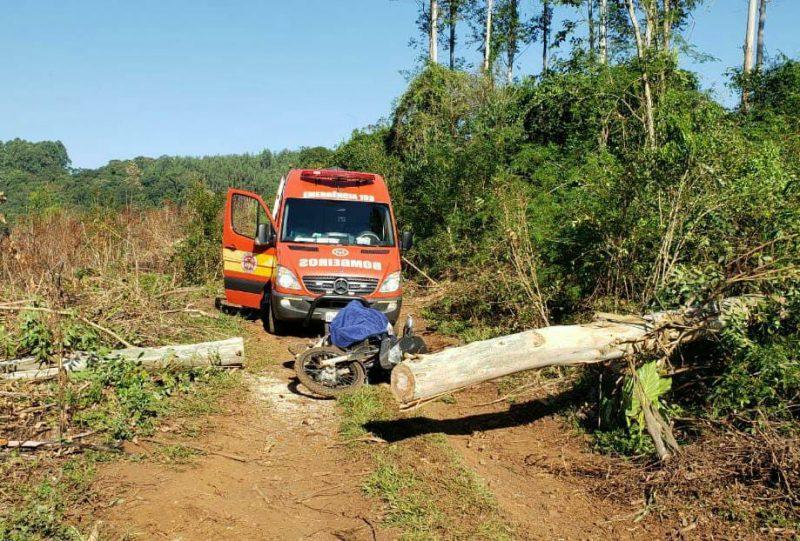O idoso morreu no local do acidente. – Foto: Corpo de Bombeiros de Saudades/Divulgação