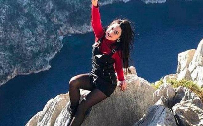 A guia turística turca Olesya Suspitsyna, de 31 anos, morreu após uma queda de 35 metros em uma área de cachoeiras na Antalia. O caso ocorreu em 2020, quando a mulher decidiu viajar para comemorar o fim da quarentena pela Covid-19. Olesyacruzou a grade de segurança e caiu enquanto posava para foto. - Reprodução/The Sun