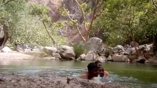 Três membros da mesma família morreram afogados ao tentar tirar uma selfie em um lago profundo. Eles colocaram a câmera na beira da água para posar, mas acabaram afundando. O caso ocorreu em Gauridham Kund, na Índia. - Reprodução/The Sun