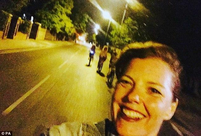 Carmen Greenway, de 41 anos, morreu enquanto tirava uma selfie pedalando. Sem capacete, ela se desequilibrou e sofreu traumatismo craniano. O acidente ocorreu em Londres, na Inglaterra, durante a foto acima. - Reprodução/The Sun