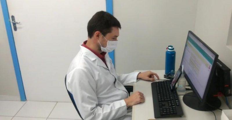 Ricardo Collar Rebolho, médico de família, durante teleconsulta em um centro de saúde de Florianópolis – Foto: PMF/Divulgação/ND