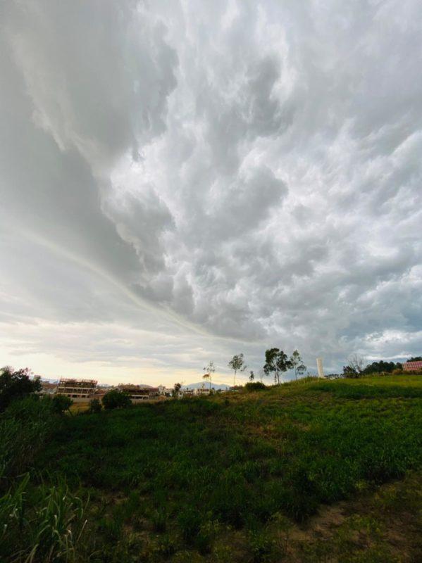 Na Grande Florianópolis, segundo a previsão da Epagri Ciram, a chuva chegaria entre tarde e noite. Em Palhoça (foto), precipitação foi rápida – Foto: João Paulo Pereira do Nascimento/Divulgação/ND