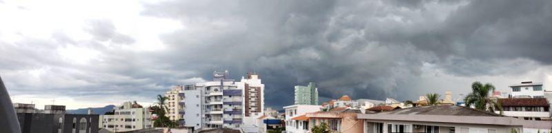 Por volta das 16h, as cidades da região começaram a sentir os pingos de chuva e logo depois, em algumas regiões, a chuva já caia com mais força – Fotos: Paulo Vinícius Rampinelli/Divulgação/ND