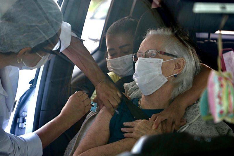 Profissionais de saúde e idosos acima de 78 anos estão recebendo a vacina em Florianópolis – Foto: Divulgação/PMF/ND