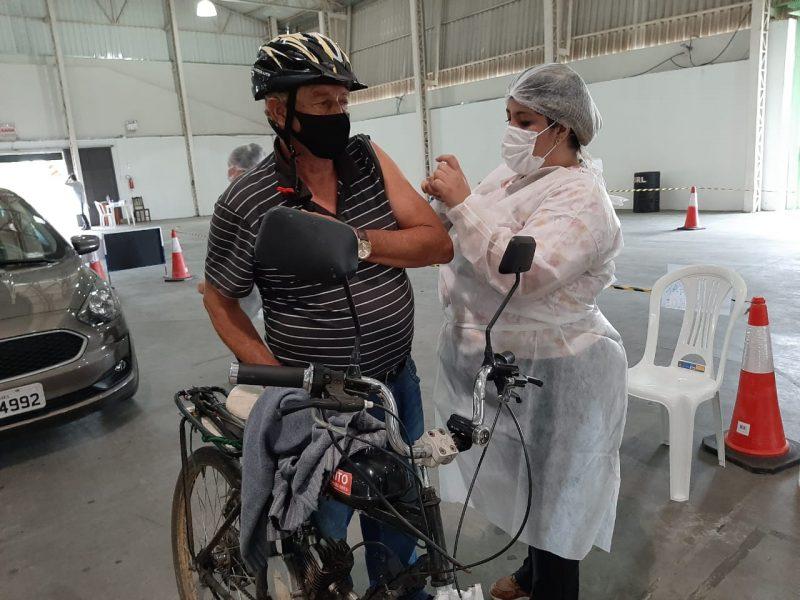 José Luiz Pinheiro pedalou mais de 5 km para tomar a vacina – Foto: Divulgação/Toninho Vieira/Prefeitura de Lages