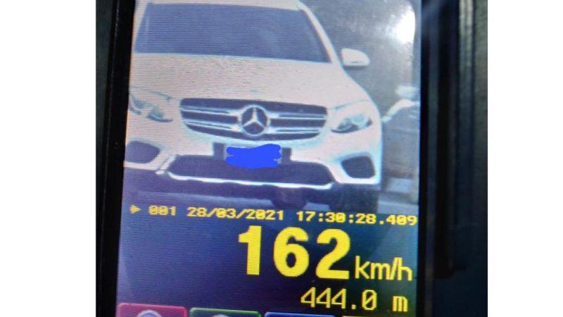 Carro de luxo é flagrado acima do dobro da velocidade permitida em Chapecó – Foto: PMRv/ND