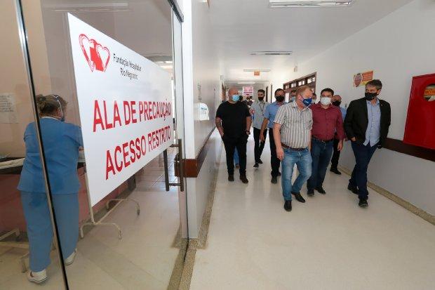 André Motta Ribeiro visitou o Hospital de Rio Negrinho nesta terça-feira (16) – Foto: Mauricio Vieira/Secom