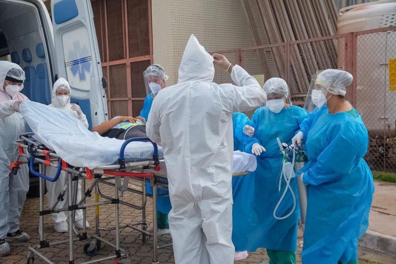 Equipe médica com equipamentos de proteção individual para atendimento de pacientes com Covid-19
