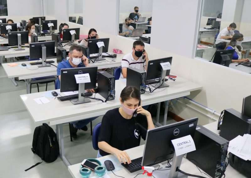 Mais de 60 pessoas, entre profissionais da saúde e estudantes de Medicina, estão capacitados para o teleatendimento via 0800 – Foto: Prefeitura de Jaraguá do Sul/Divulgação