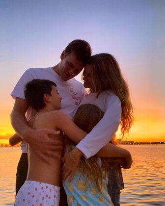 A modelo e a família posaram para as redes sociais. – Foto: Foto: Redes Sociais