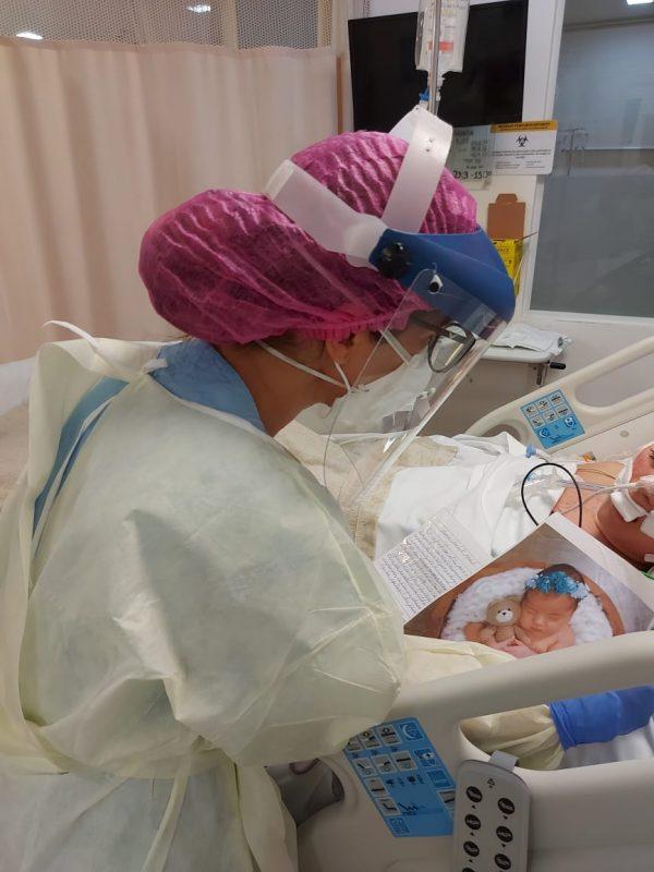 Paciente ouve a leitura de carta de familiar na UTI respiratória – Foto: Divulgação Unimed
