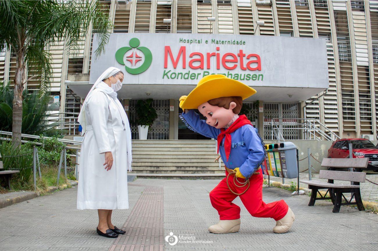 Na frente do hospital, o personagem e a irmã posaram para fotos - Hospital Maternidade Marieta Konder Bornhausen