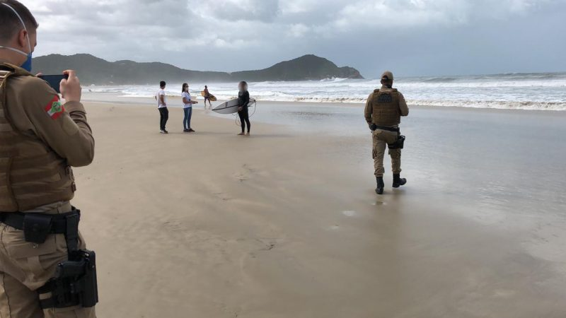 Em Imbituba a Polícia Militar auxiliou no trabalho de fiscalização das medidas implantadas na cidade. A permanência na praia está proibida sob qualquer hipótese. Em algumas praias, os surfistas, novamente, foram orientandos a deixar o local. – Foto: Prefeitura de Imbituba/divulgação