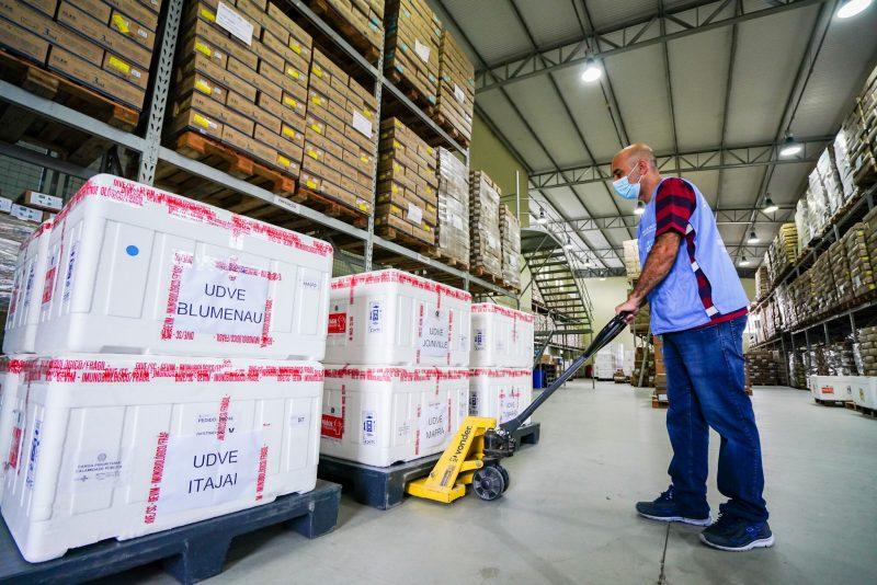 As 60 mil vacinas para primeira dose foram entregues na manhã deste sábado (3). – Foto: Foto Ricardo Wolffenbuttel/Secom/Divulgação/ND