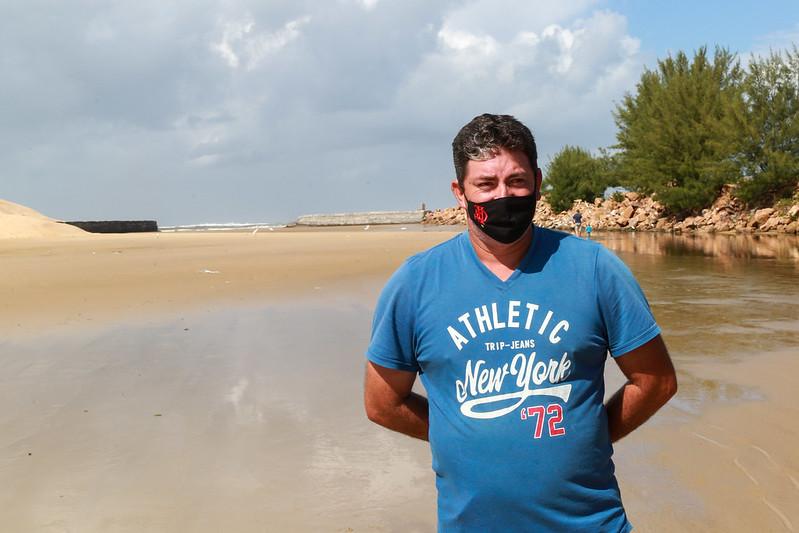 Pescador Alex Sander Vargas, 41 anos, lamenta situação na Barra do Camacho – Foto: Julio Cavalheiro/Secom