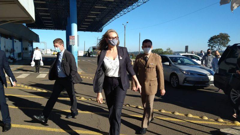 A Governadora de Santa Catarina, Daniela Reinehr chegou ao aeroporto 10 minutos antes do presidente. – Foto: Julia de Araujo/ND