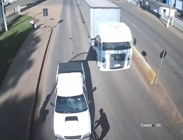 Idoso foi atropelado por uma caminhonete. – Foto: Reprodução/ND