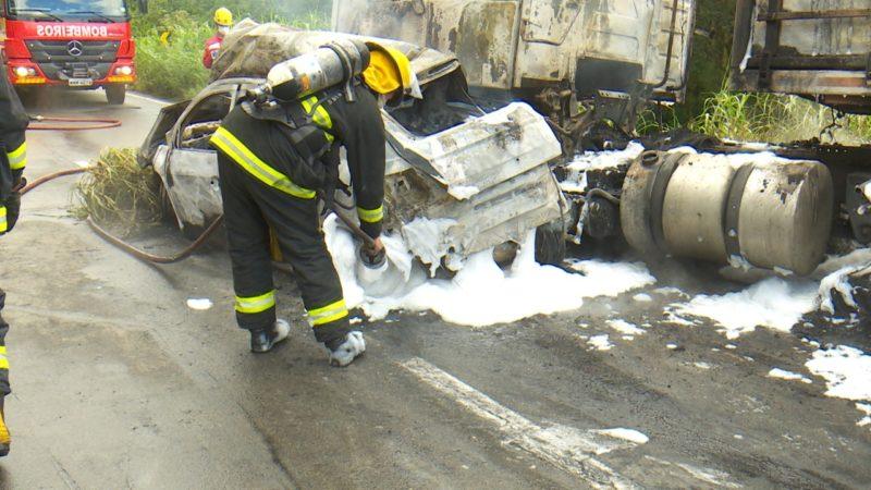 Equipes dos bombeiros voluntários de Joinville e dos militares de Campo Alegre estiveram no local e conseguiram conter as chamas – Foto: Alfa Stofeli/NDTV