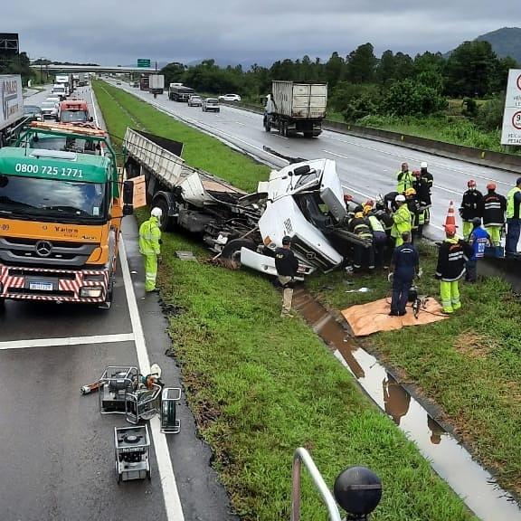 Acidente destruiu carreta na BR-101, em Palhoça – Foto: Divulgação/CBMSC