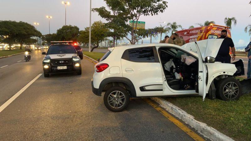 Condutor foi arremessado para fora do veículo com a força da colisão