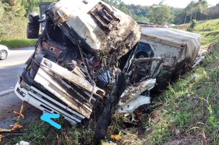 Motorista sobrevive após carreta tombar na BR-470, em Pouso Redondo – Foto: Divulgação/Corpo de Bombeiros