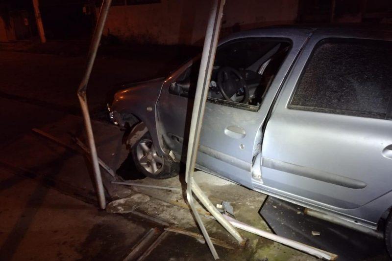 Motorista embriagado é preso após destruir muro de casa em Blumenau – Foto: Divulgação/Polícia Militar