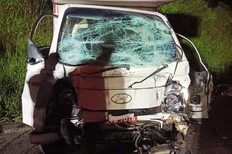 O motorista da caminhonete não resistiu ao impacto da colisão