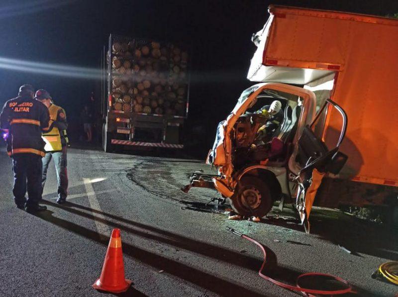 Veículo bateu na traseira de um caminhão carregado de torras