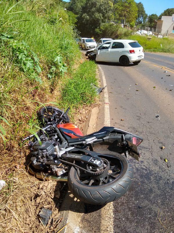 Segundo informações do Corpo de Bombeiros Militar de Chapecó, a batida envolveu um VW/Gol e uma motocicleta Honda CB 500. O trânsito ficou interrompido no local do acidente para o atendimento dos envolvidos. – Foto: Bombeiros/ND