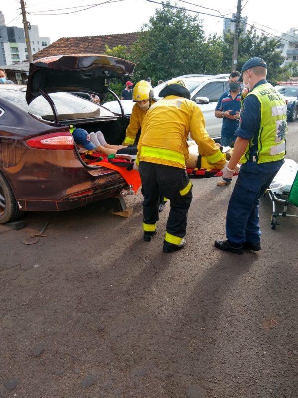 A motorista do Fusion foi imobilizada no carro, retirada pelo porta-malas e levada ao Hospital Regional do Oeste. A dinâmica do acidente não foi revelada. – Foto: Corpo de Bombeiros Militar/ND