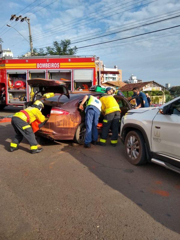 Uma batida entre dois carros deixou uma mulher ferida no começo da manhã desta quarta-feira (14), no bairro Jardim Itália, em Chapecó, no Oeste catarinense. – Foto: Corpo de Bombeiros Militar/ND