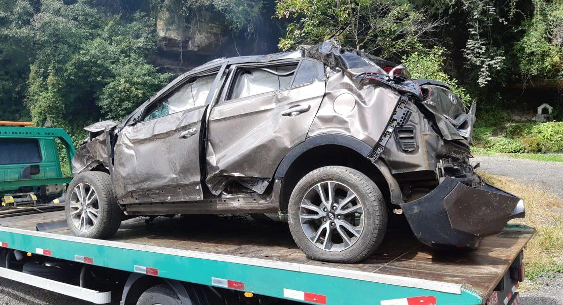 Carro conduzido por Mariana ficou destruído - Divulgação/PRF SC