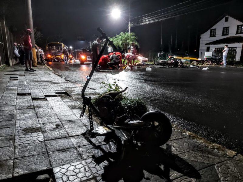 O acidente aconteceu na noite de quinta-feira (15), no bairro Barra do Rio Cerro – Foto: Fabio Junkes/OCP News