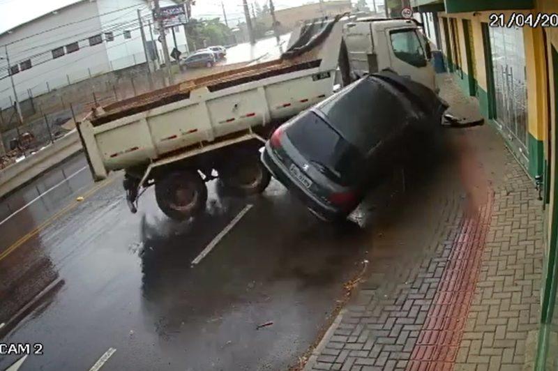 Caminhão aquaplana e atinge carro estacionado em Blumenau – Foto: Divulgação