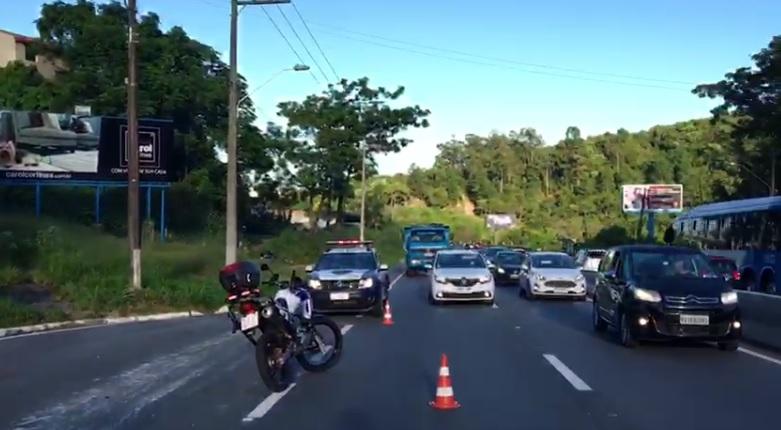 Acidente provoca trânsito intenso na SC-401, por volta das 7h40