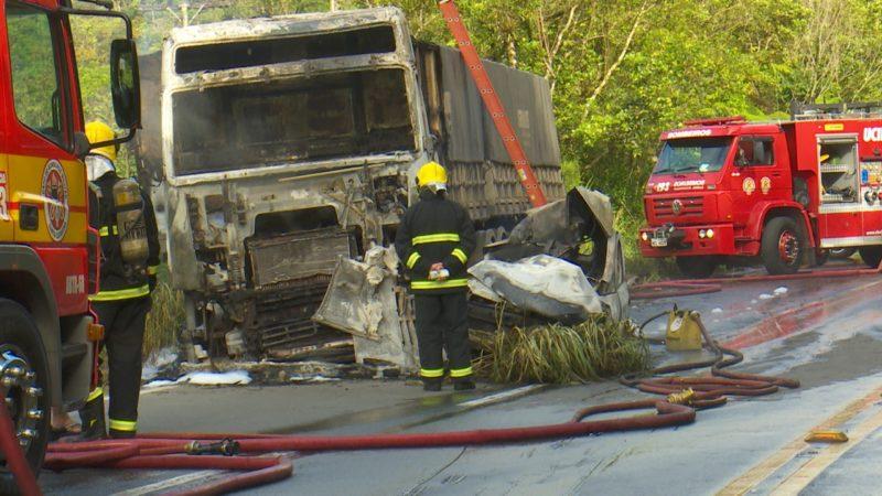 O caminhoneiro conseguiu sair do caminhão a tempo e não teve ferimentos. Mas, o motorista do outro veículo, ficou preso às ferragens e morreu carbonizado. – Foto: Alfa Stofeli/NDTV