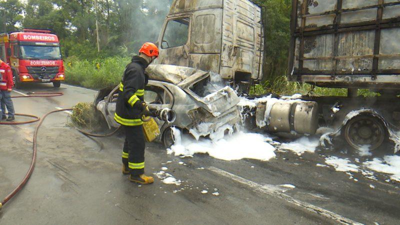 Com o impacto, os veículos começaram a pegar fogo. – Foto: Alfa Stofeli/NDTV